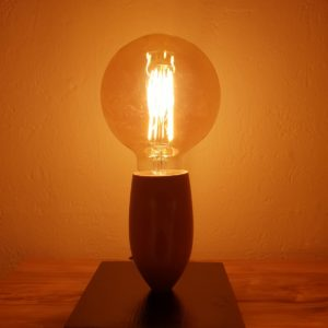 Lampka stołowa z drewna Edisonka.