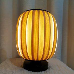 lampa z drewna stojąca stołowa